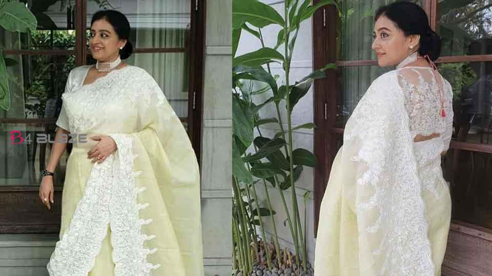 Malavika Jayaram modeling her mother;Parvathy Jayaram in a mass look